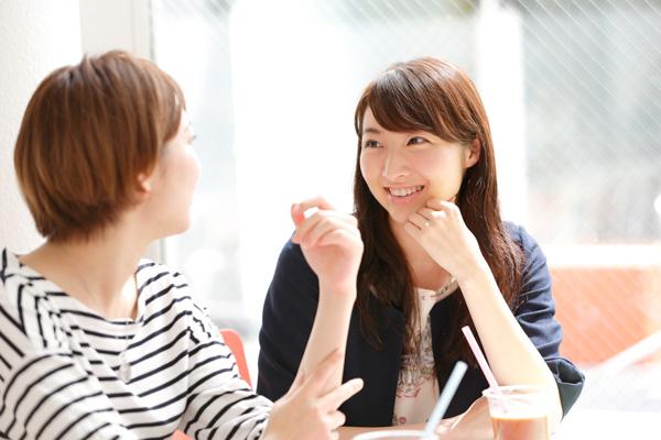 入れ歯と比べて話しやすく、よくある舌がもつれるような感じはありません。